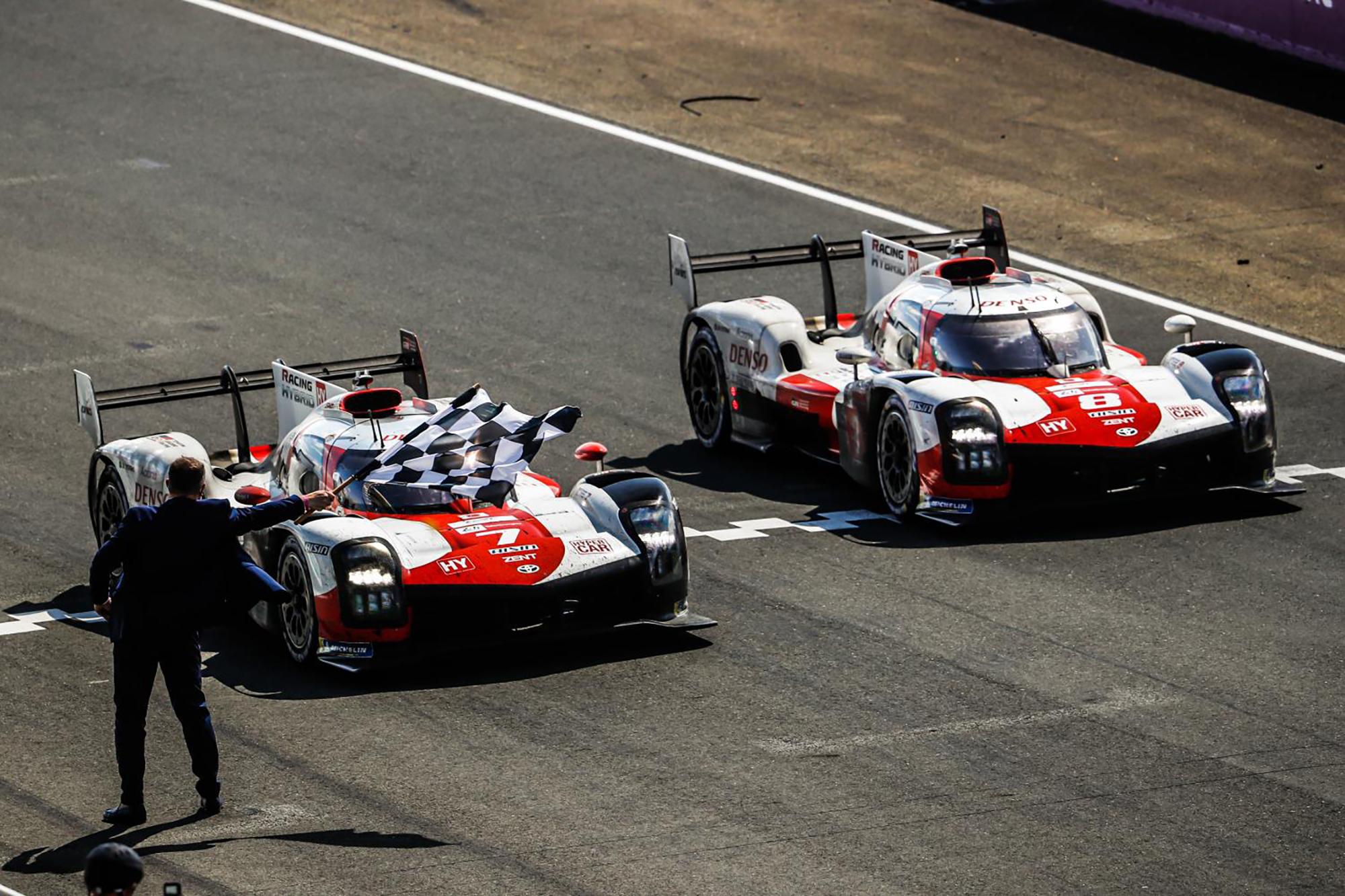 Les deux Toyota franchissent la ligne d'arrivée aux 24 Heures du Mans
