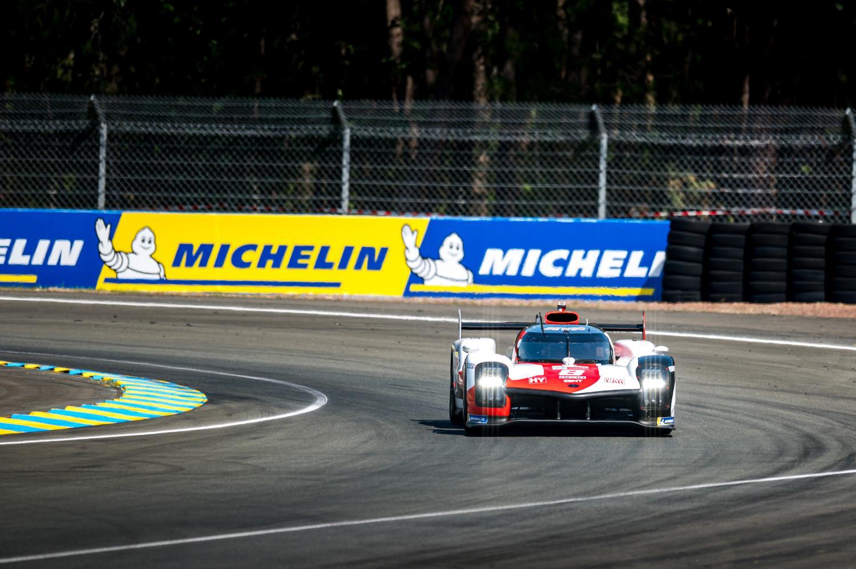 La Toyota #8, pilotée par Sébastien Buemi, Kazuki Nakajima et Brendon Hartley aux 24 Heures du Mans 2021