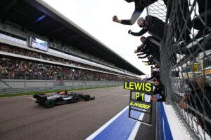 Lewis Hamilton franchit la ligne d'arrivée et remporte son 100e Grand Prix en F1