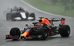Max Verstappen devant George Russell lors du GP de Belgique 2021